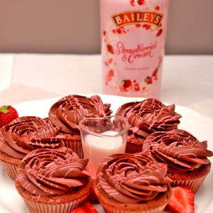 Six Cupcakes with Baileys Strawberries & Cream